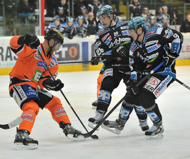 Eishockey-Black-Wings-Linz-vs-EC-Graz-99ers-21.12.2012-Danny-Irmen-Mike-Ouellette-vs-Olivier-Latandresse