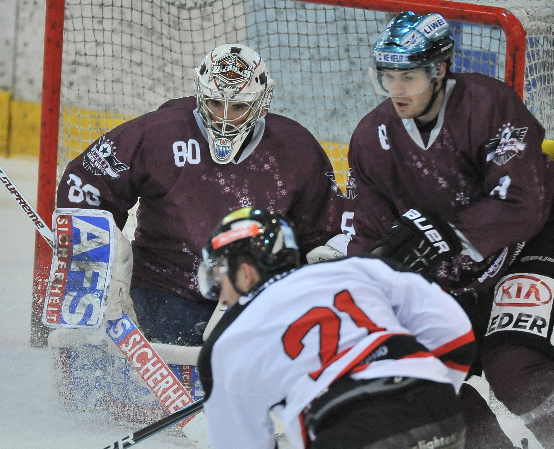 Eishockey-Black-Wings-Linz-vs-HC-Orli-Znojmo-23.12.2012-David-Leneveu-Michael-Mayr-vs-Martin-Podesva
